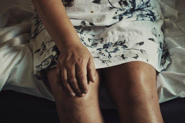 Mit Knieschmerzen solltest du dein Lauftraining erst einmal pausieren.