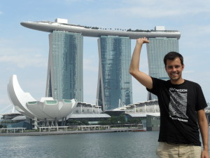 Tom vor dem Marina Bay Sands in Singapore