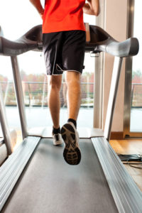 Mann läuft auf Laufband