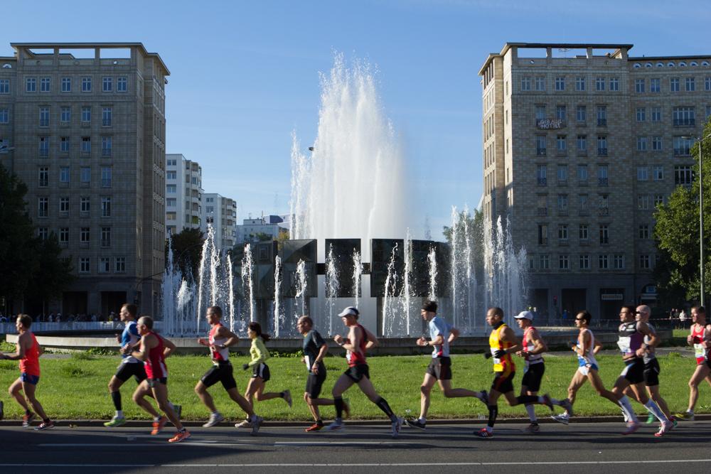 Teilnehmer des 40. Berlin Marathon bei Kilometer 12 am Strausberger Platz