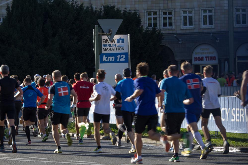 Bei einem Halbmarathon sollte man nicht zu schnell starten. Die ersten Kilometer solltet Ihr möglichst gleichmäßig zu Laufen.