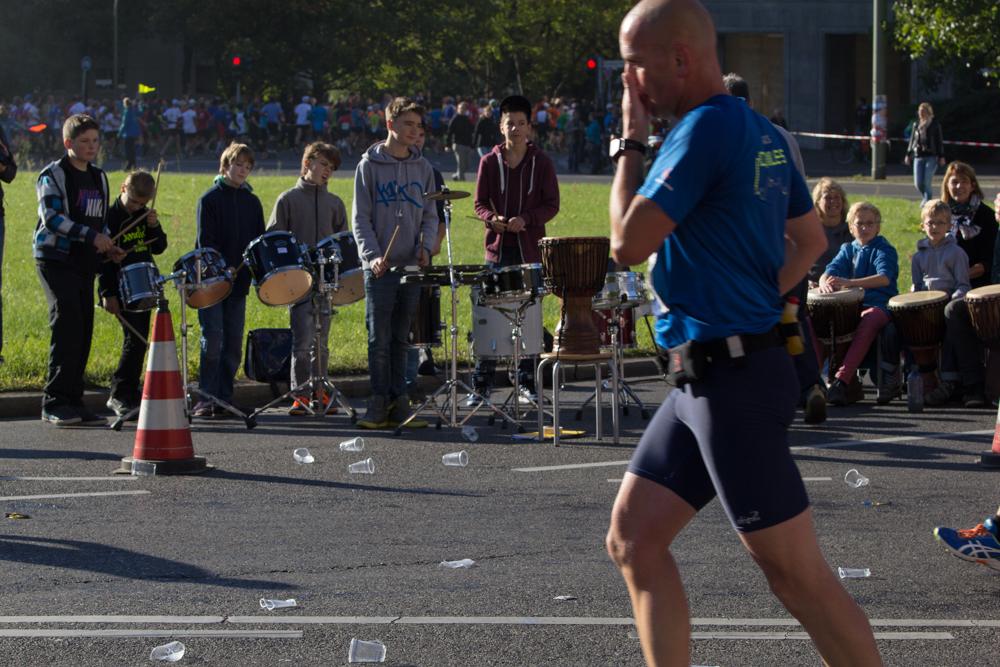 Ausgelassene Stimmung: Musikband entlang der Strecke des 40. Berlin Marathon