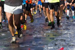 Läufer tragen Laufschuhe bei einer Laufveranstaltung