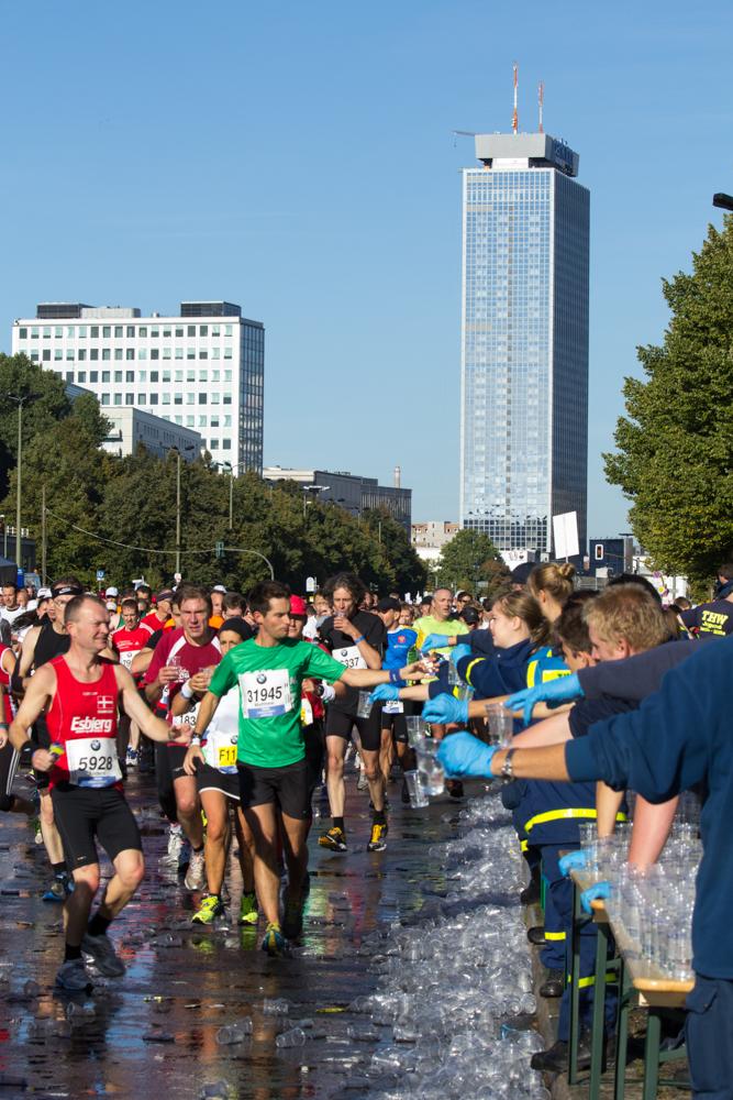 Viel trinken: Verpflegungspunkt beim 40. Berlin Marathon
