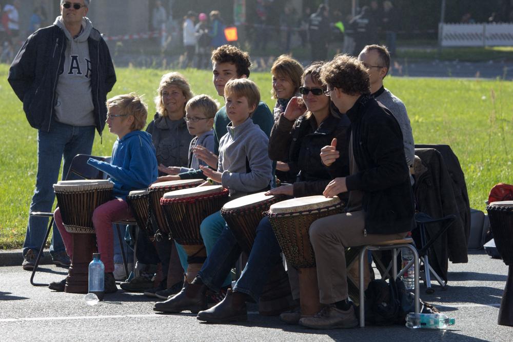 Ausgelassene Stimmung: Trommler entlang der Strecke des 40. Berlin Marathon