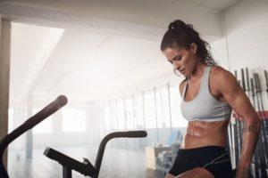 Sportliche Frau auf einem Crosstrainer