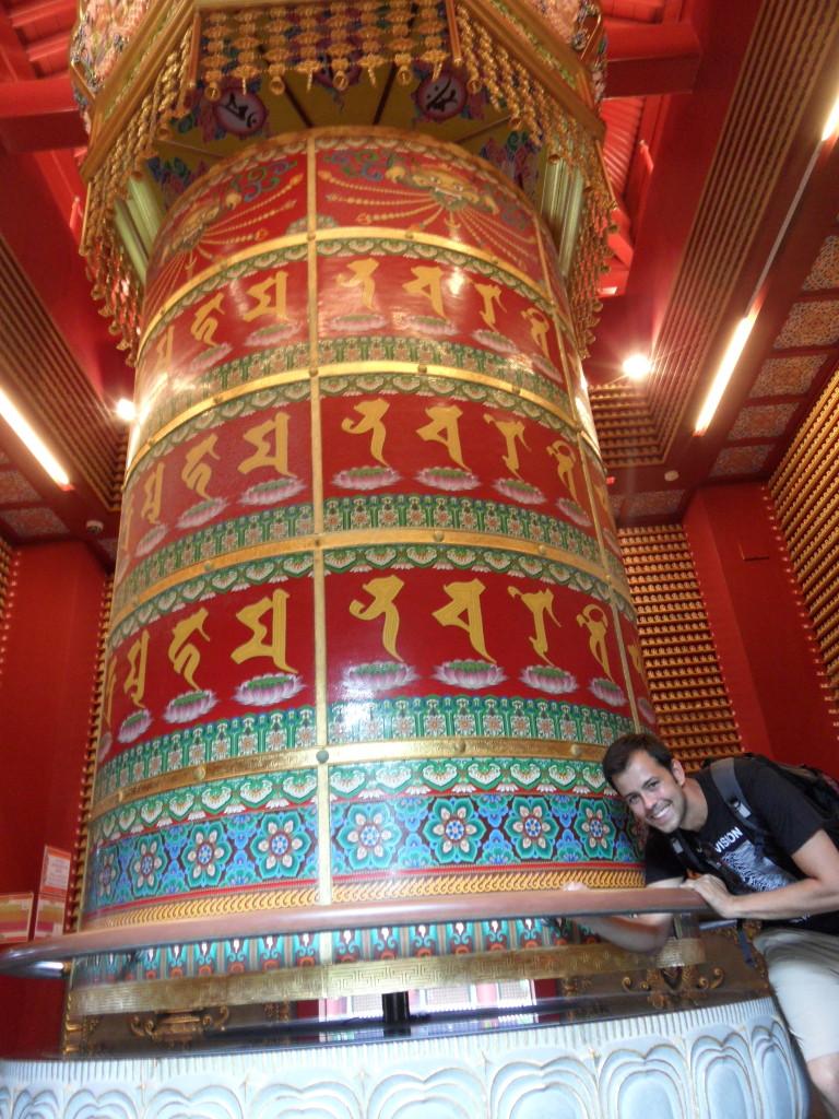 Weltgrößte buddhistische Gebetsmühle auf der Dachterasse des Buddha Tooth Relic Temple and Museum