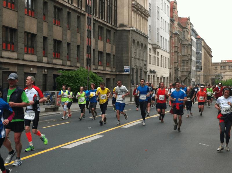 34. BIG 25 in Berlin: Läufer auf der Französischen Straße (02)