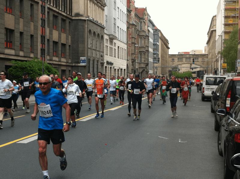 34. BIG 25 in Berlin: Läufer auf der Französischen Straße (01)
