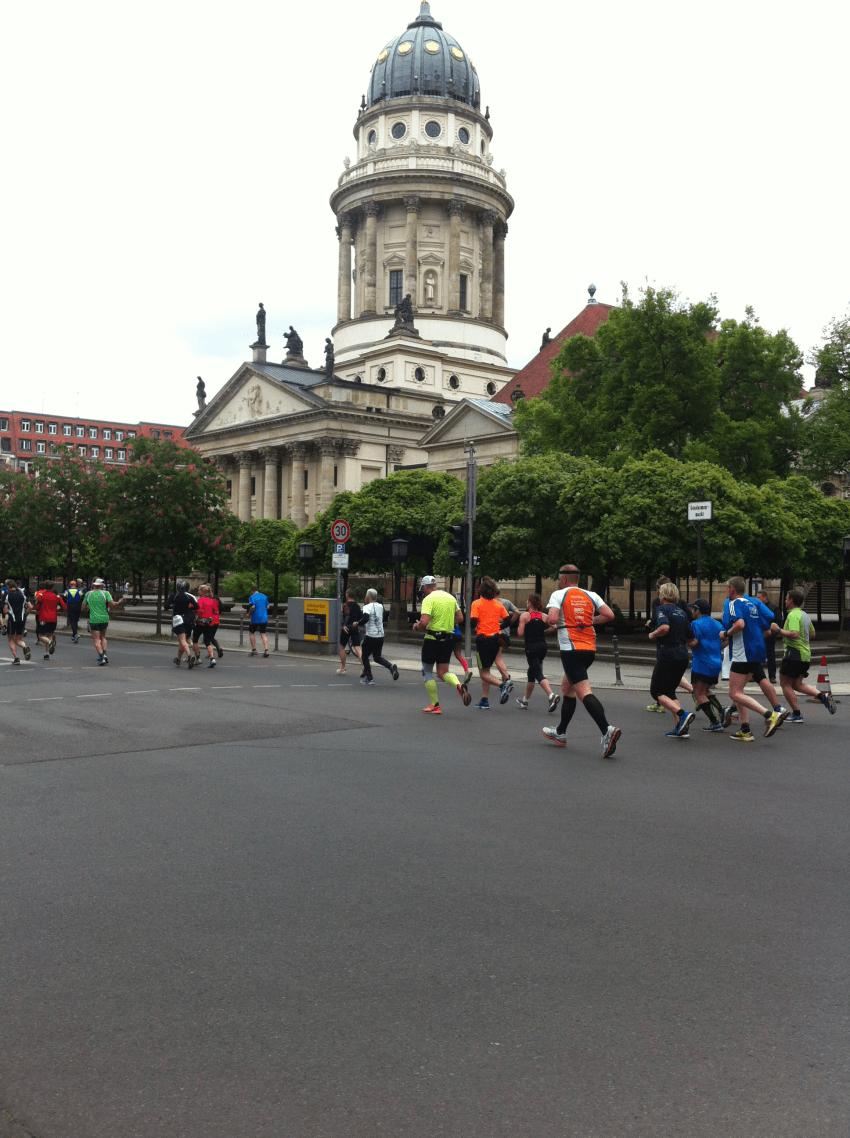34. BIG 25 in Berlin: Läufer am Französischen Dom