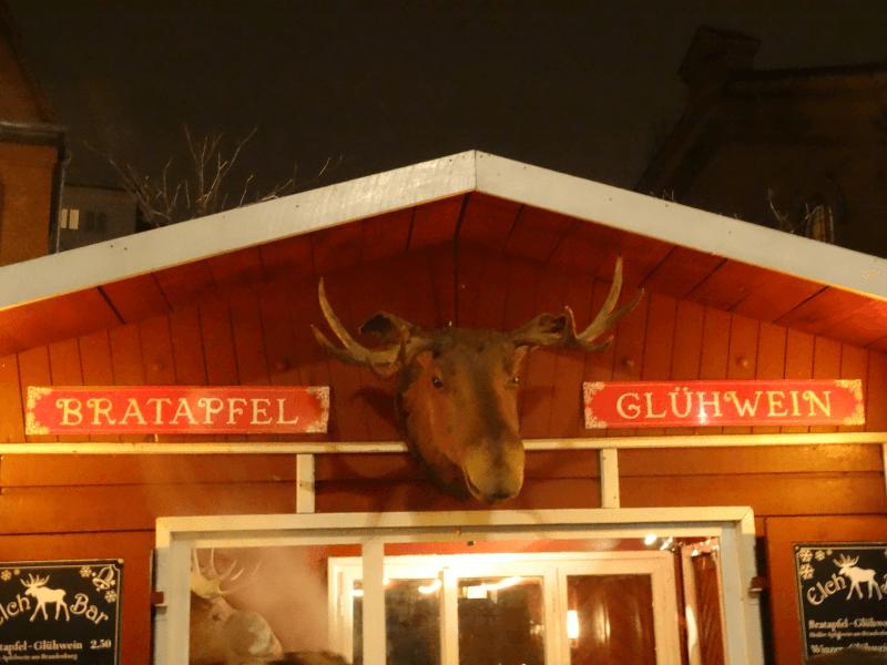 weihnachtsmarkt-glühwein-bratapfel-schild