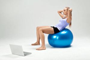 blonde-frau-übung-fitnessball