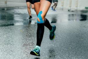 Knieschmerzen können mit Kinesio Tapes behandelt werden.