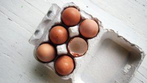 sechs braune eier in verpackung