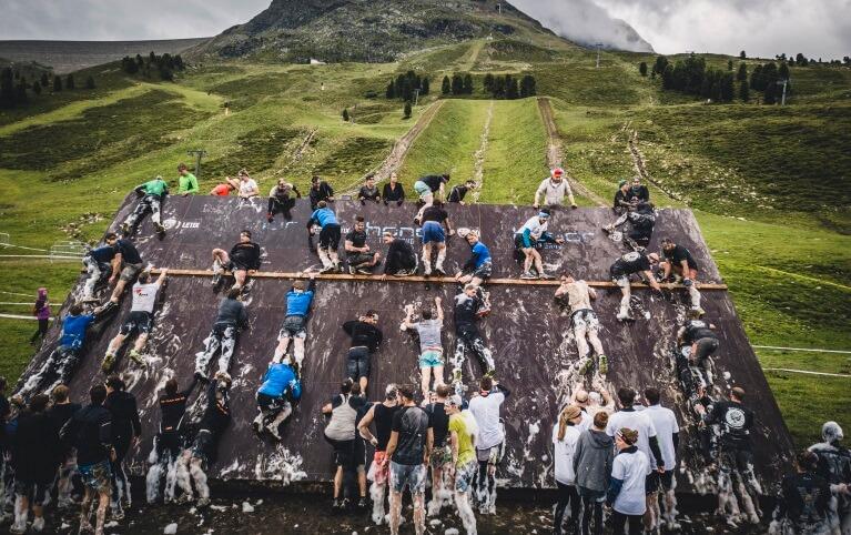 Teilnehmer der XLETIX Challanege in Kühtai (Tirol) an einem Hinderniss.