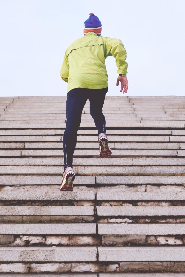 mann-rennt-treppe-hinauf-mit-laufschuhen