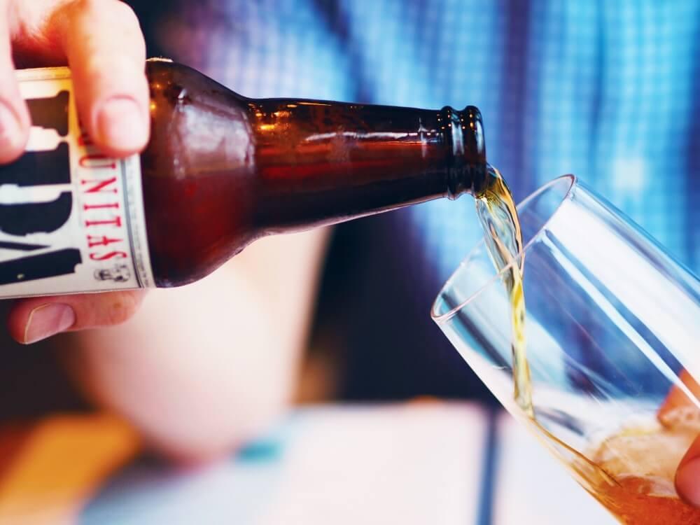 bier-wird-in-glas-gegossen