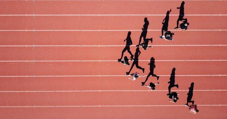 läufer-rennen-auf-laufahn-ansicht-von-oben